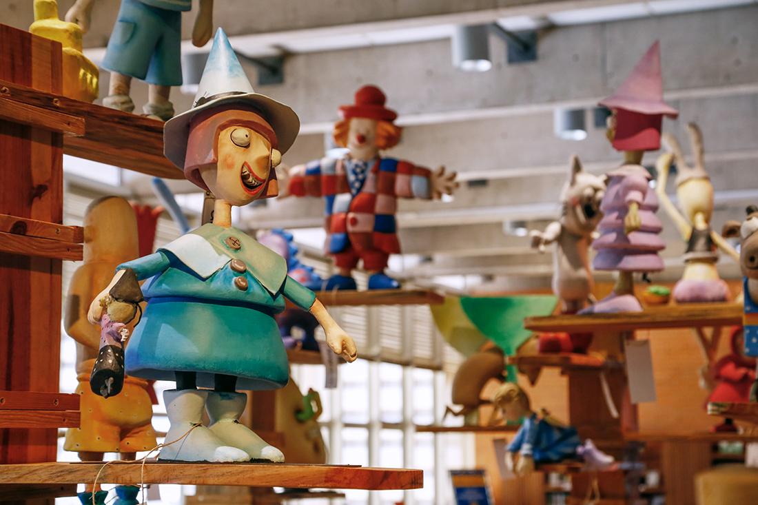 Um bosque com almofadas de docinhos e bonecos dos personagens convidava os visitantes à leitura.