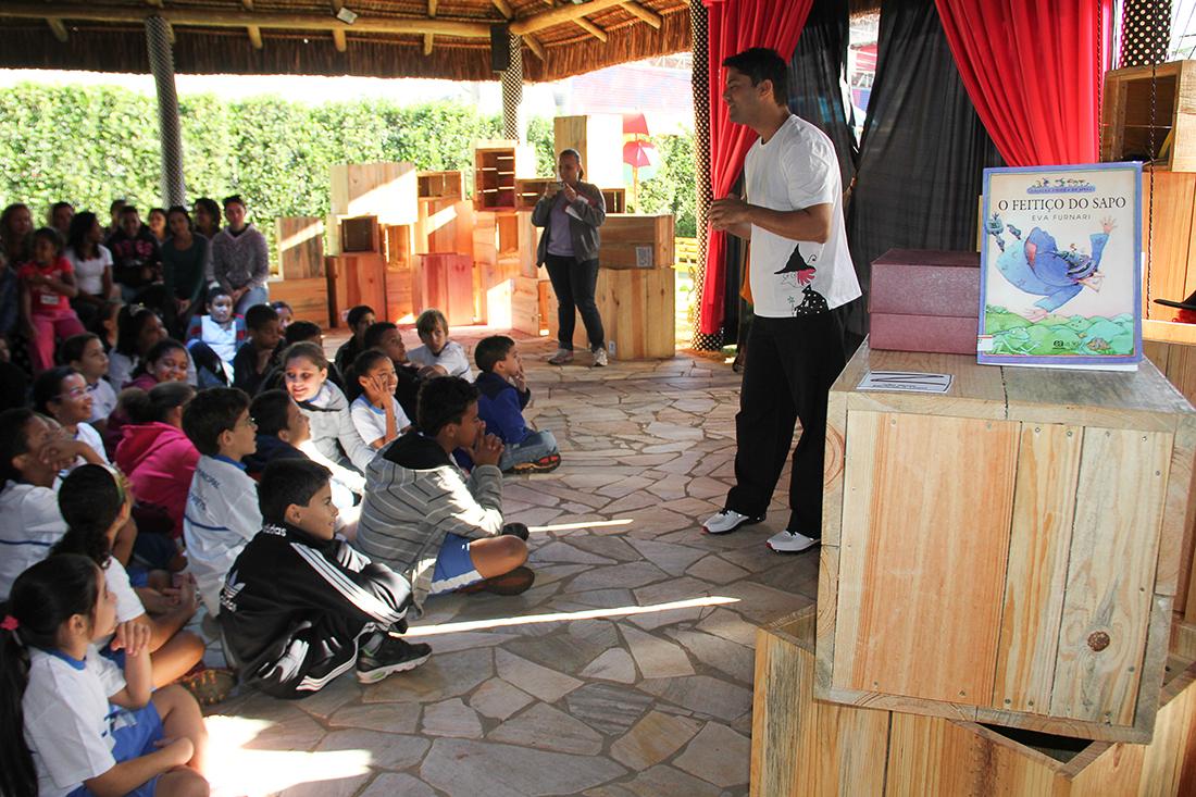 Ao entrar na exposição as crianças são recebidas por um contador de histórias.