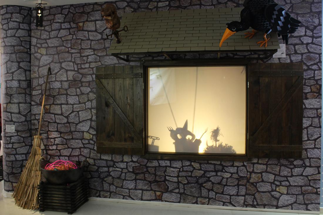 E logo ao lado fica a casa da bruxa, com seus objetos, janela de sombras e uma estante cheia de ingredientes para poções e feitiços.
